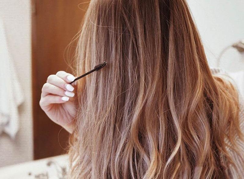 از یک برس ریمل مژه و ابرو با اسپری مو استفاده کنید